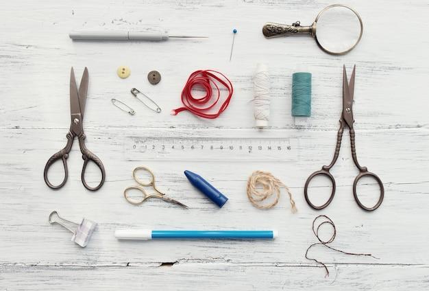 Achtergrond met naai- en breigereedschap en accessoires