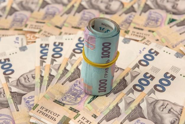 Achtergrond met oekraïens geld voor ontwerp. uah. nieuwe biljetten 500 en 1000. concept van geld besparen