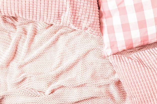 Achtergrond met roze plaid, bovenaanzicht, kopie ruimte.