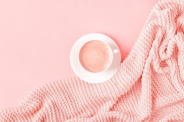 Achtergrond met roze plaid en koffie, bovenaanzicht, kopie ruimte, plat leggen.