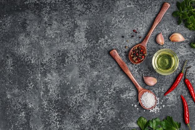 Achtergrond met specerijen, kruiden en olijfolie.