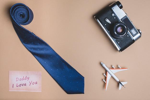 Achtergrond met stropdas, vliegtuig en camera voor vaderdag