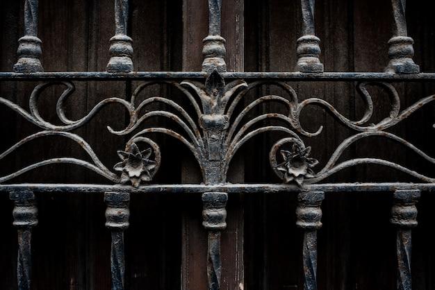 Achtergrond met textuur oude ijzeren roosters op het raam van een verlaten huis.