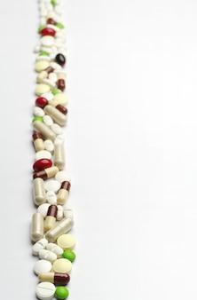 Achtergrond met verschillende pillen, verticaal gerangschikt
