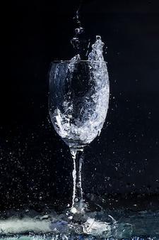 Achtergrond met water en kristalglas