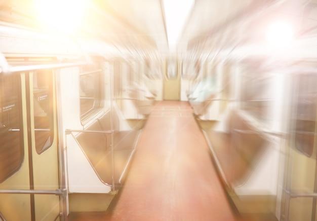 Achtergrond. metro auto met lege stoelen. lege metro.