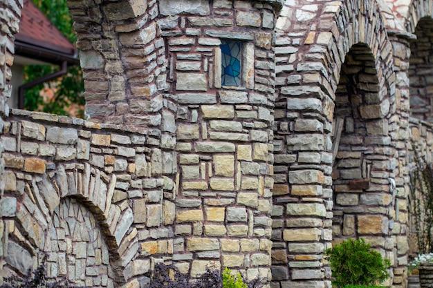 Achtergrond textuur stenen omheining. poort in de buurt van het huis.