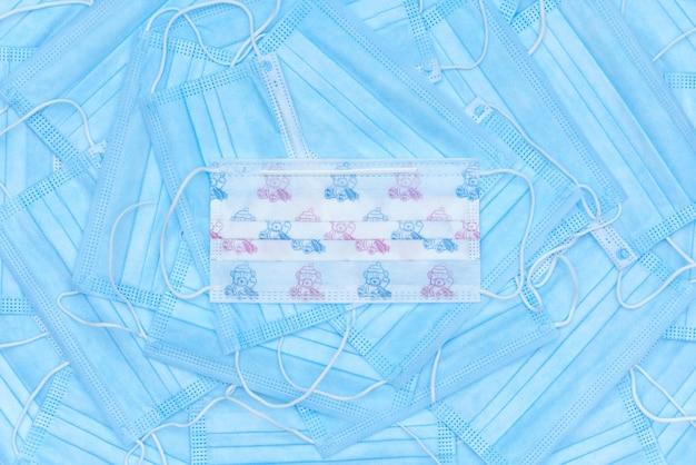 Achtergrond van blauwe medische maskers en een beschermend masker voor kinderen