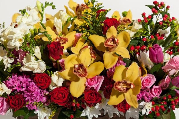 Achtergrond van bloemen. mooie bloemsamenstelling close-up op de witte achtergrond.