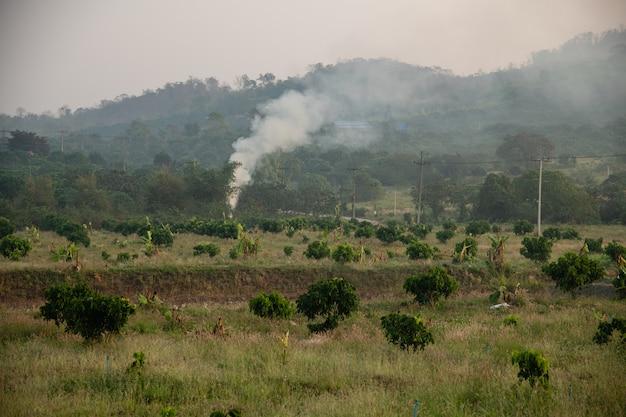 Achtergrond van brandbare rook voor verwijdering van afval
