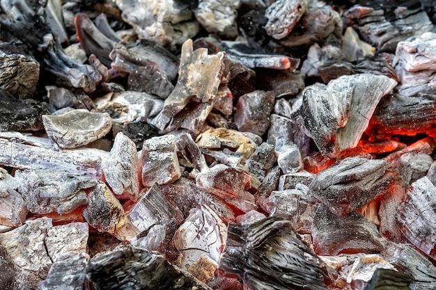 Achtergrond van brandende hete kolen in de barbecuegrill