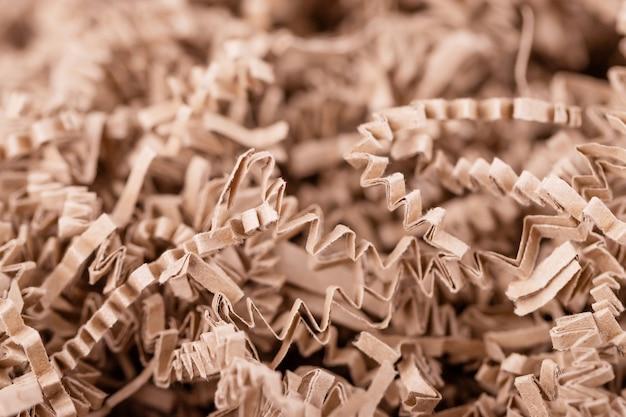 Achtergrond van bruin versnipperd papier, stroken gesneden gegolfd eco-papier voor verpakking