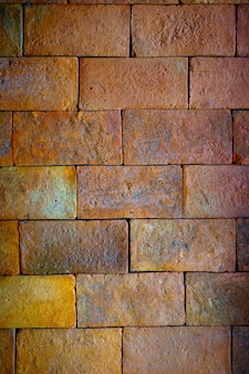 Achtergrond van de close-up de rode grote bakstenen muur met binnenlandse oude ontwerptextuur. vignett en vintage stijl.