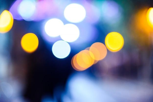 Achtergrond van de defocused de stedelijke nacht met kleurrijke cirkels.