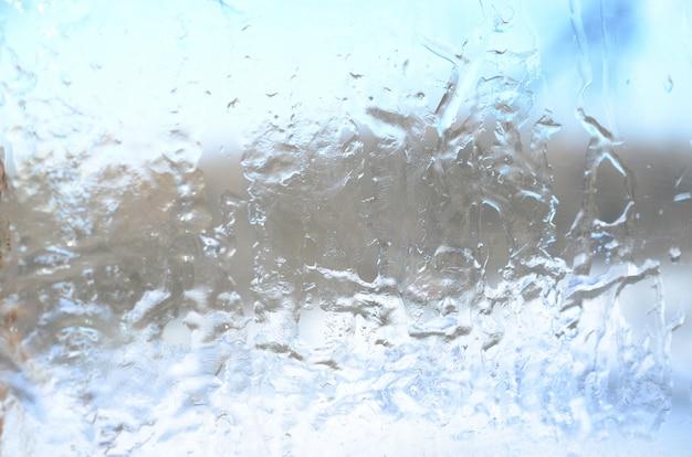 Achtergrond van de kristallijne textuur van ijs op het oppervlak van het glas