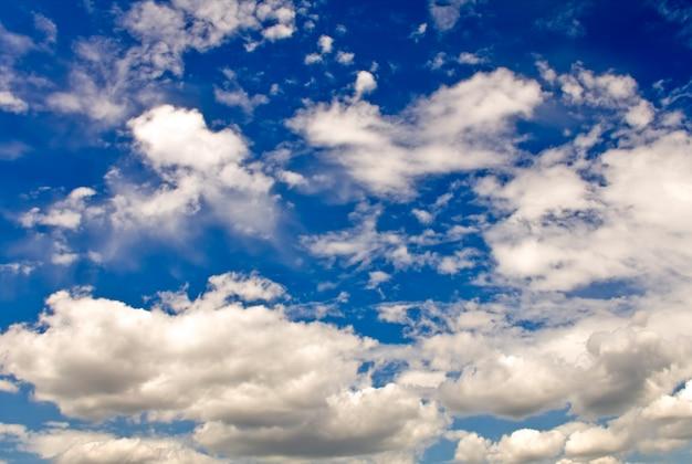 Achtergrond van de natuur. witte wolken boven de blauwe hemel