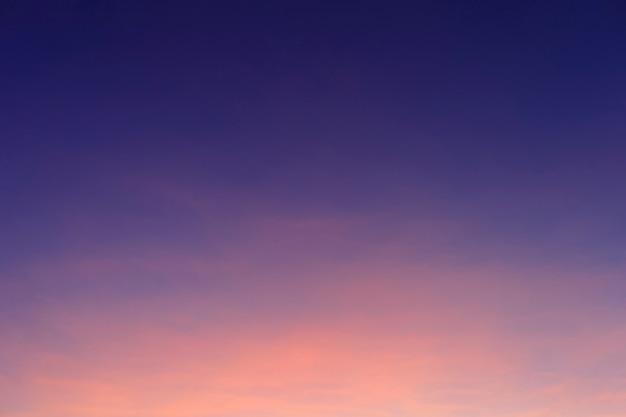 Achtergrond van de ochtend de kleurrijke duidelijke blauwe hemel met zachte witte wolkenzonsopgang of zonsondergang.