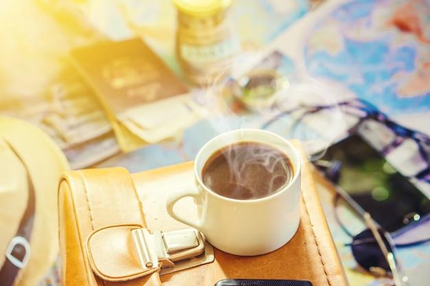 Achtergrond van de reis, de weerspiegeling in de kop koffie. kaart. selectieve aandacht.