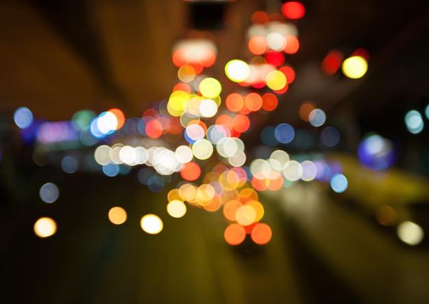 Achtergrond van de straatlantaarns de kleurrijke bokeh van de nachtstad, duisternisconcept