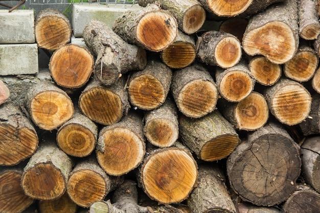 Achtergrond van droge gehakte brandhoutlogboeken die omhoog bovenop elkaar in een stapel worden gestapeld