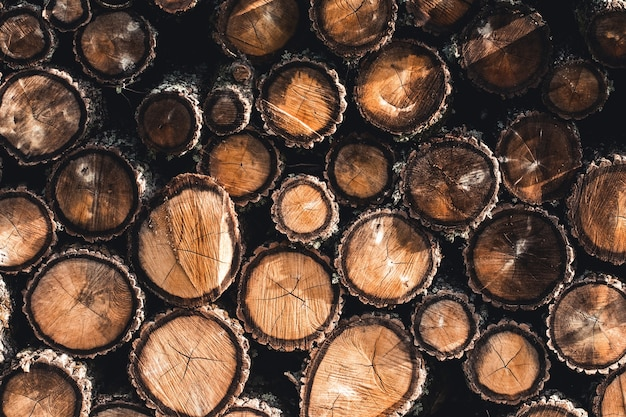 Achtergrond van droge gehakte brandhoutlogboeken die op elkaar in een stapel worden gestapeld