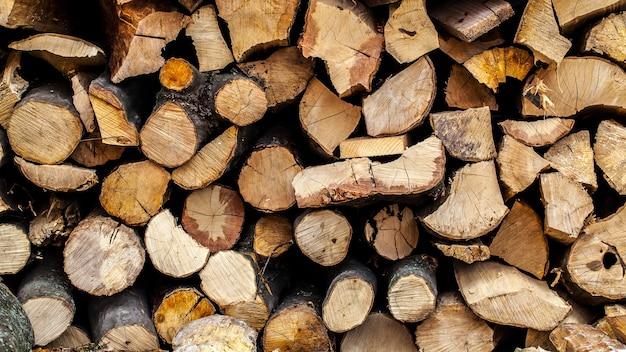 Achtergrond van droog gehakt brandhout logt in een stapel