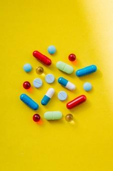 Achtergrond van een assortiment van kleurrijke medicijnen