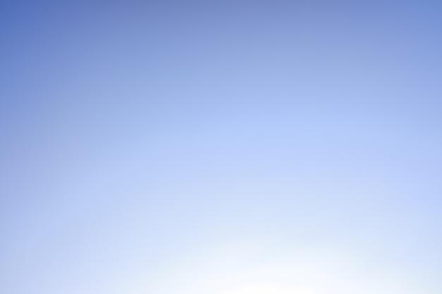 Achtergrond van een gradiënthemel van blauw naar wit.