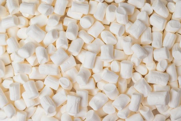 Achtergrond van een groot aantal witte marshmallows. een zoete traktatie. plat leggen.