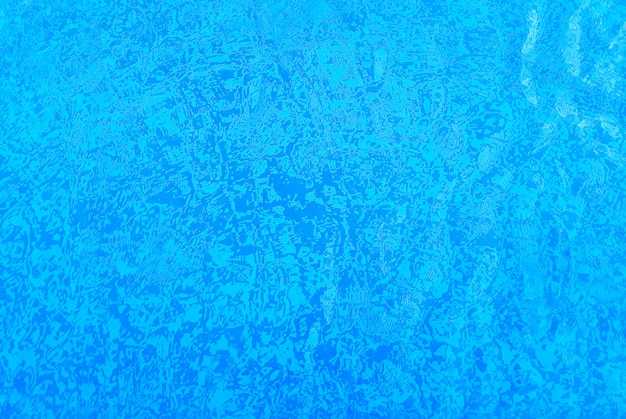 Achtergrond van een pooltegels, wit en blauw, door het water.