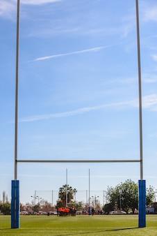 Achtergrond van een rugbydoel gieten schaduwen op het veld.