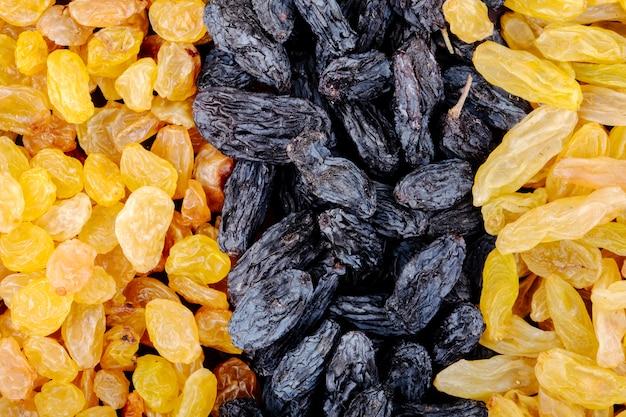 Achtergrond van gedroogde vruchten zwarte en gele rozijnen bovenaanzicht