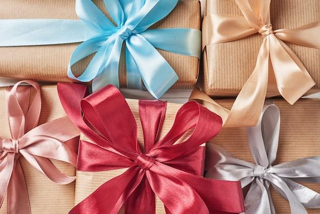 Achtergrond van geschenkdozen met een lint, close-up
