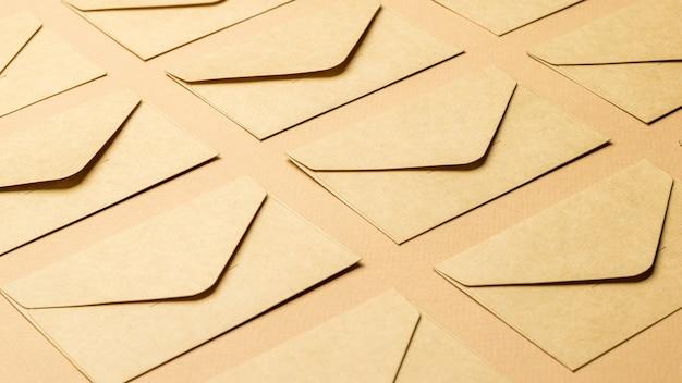 Achtergrond van gesloten papieren enveloppen op een papieren achtergrond.