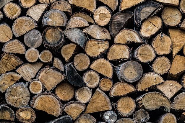 Achtergrond van gestapelde gehakte brandhout in een woodpile