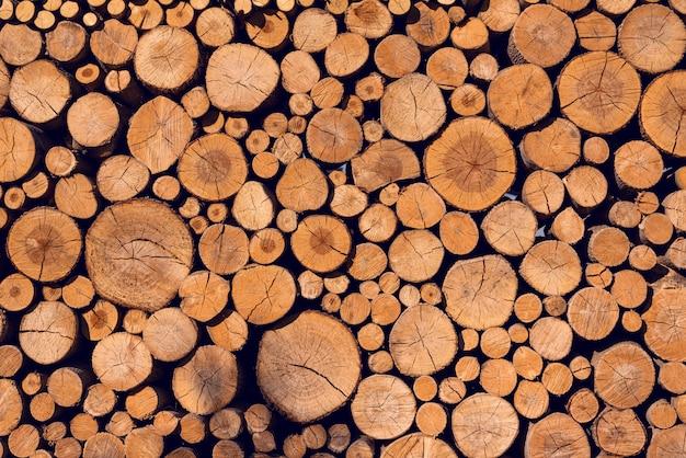 Achtergrond van gezaagde logboeken van gevouwen muur met verschillende diameter