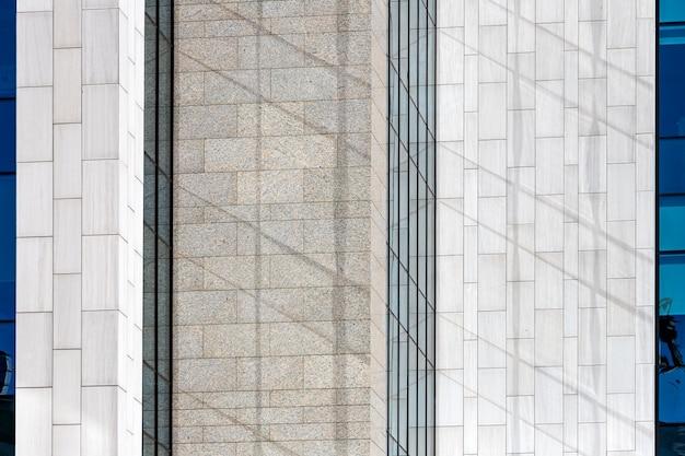 Achtergrond van grijze en bruine stenen muur gemaakt met blokken. patroon van leisteen muur textuur en achtergrond