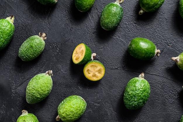 Achtergrond van groene feijoa. zwarte achtergrond. bovenaanzicht