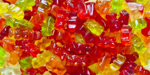 Achtergrond van gummyberen. veelkleurige kauwsnoepjes, vitamines, close-up. bovenaanzicht.