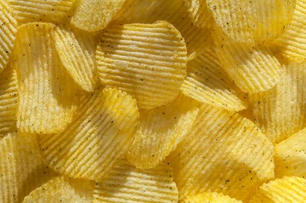 Achtergrond van heerlijke chips met ui. detailopname