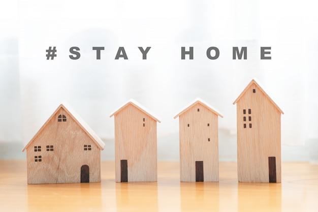 Achtergrond van houten huis model, blijf veilig thuis concept