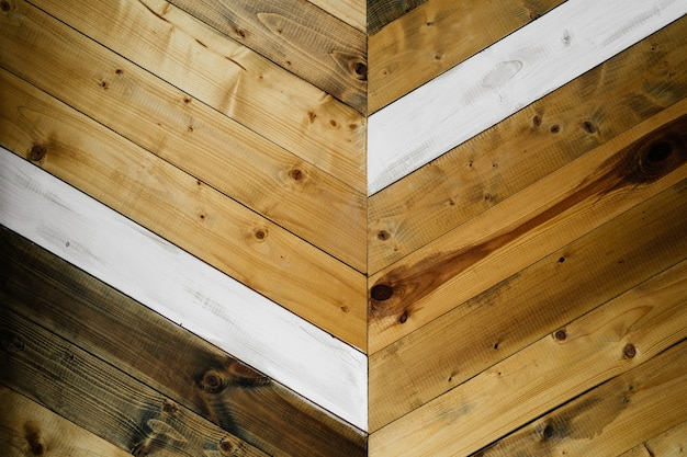 Achtergrond van houten planken van verschillende soorten hout diagonaal gelegd