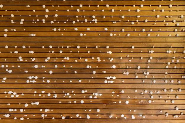 Achtergrond van houten stokken met kleine ronde sneeuwballen