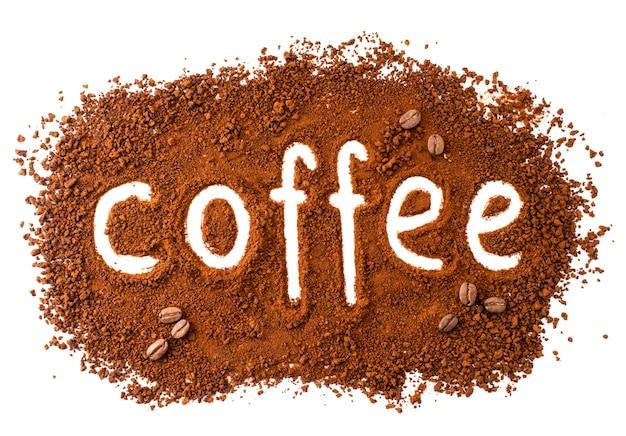 Achtergrond van instant koffie met de inscriptie bovenaanzicht close-up. geïsoleerd