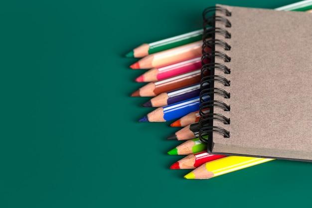 Achtergrond van kleurenpotloden op groenboek