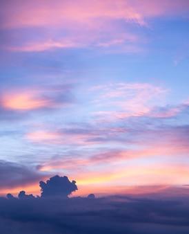 Achtergrond van kleurrijke dramatische zonsondergang met twilight kleur lucht en wolken