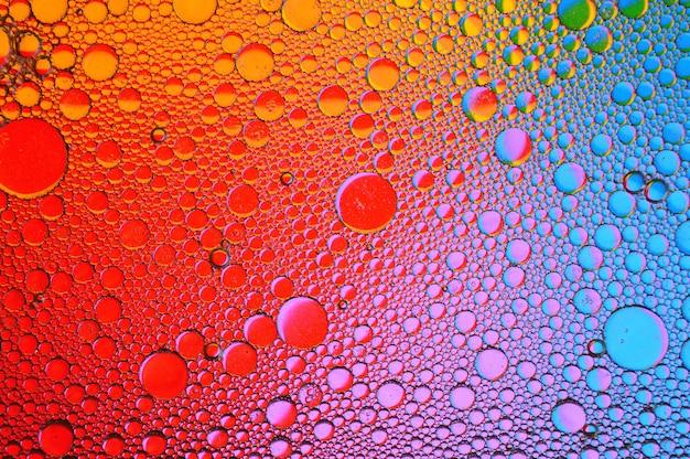 Achtergrond van kleurrijke oliedruppels in waterspiegel - abstractie