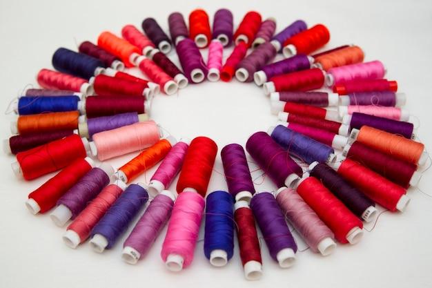 Achtergrond van kleurrijke spoelen van draad. bovenaanzicht
