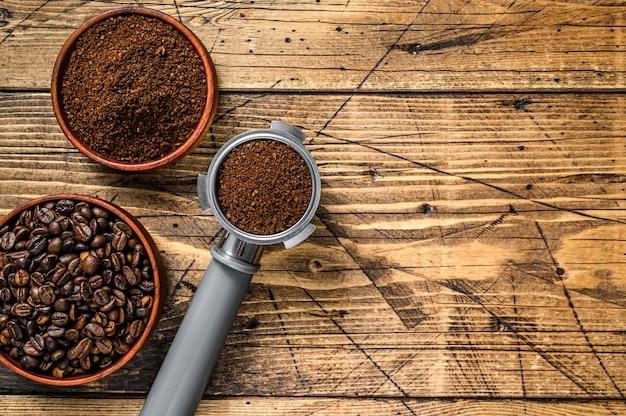 Achtergrond van koffiebonen en gemalen koffie in portafilter.