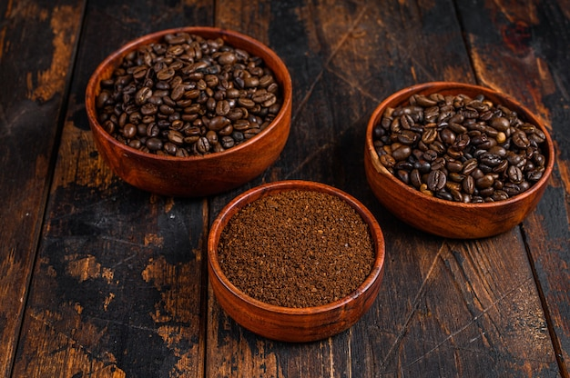 Achtergrond van koffiebonen en gemalen koffie.